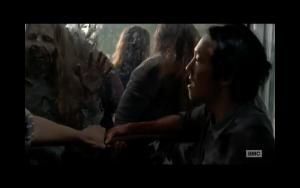 """Fotogramma estratto dalla serie tv """"The Walking Dead"""" in cui gli zombi cercano di entrare in un centro commerciale"""